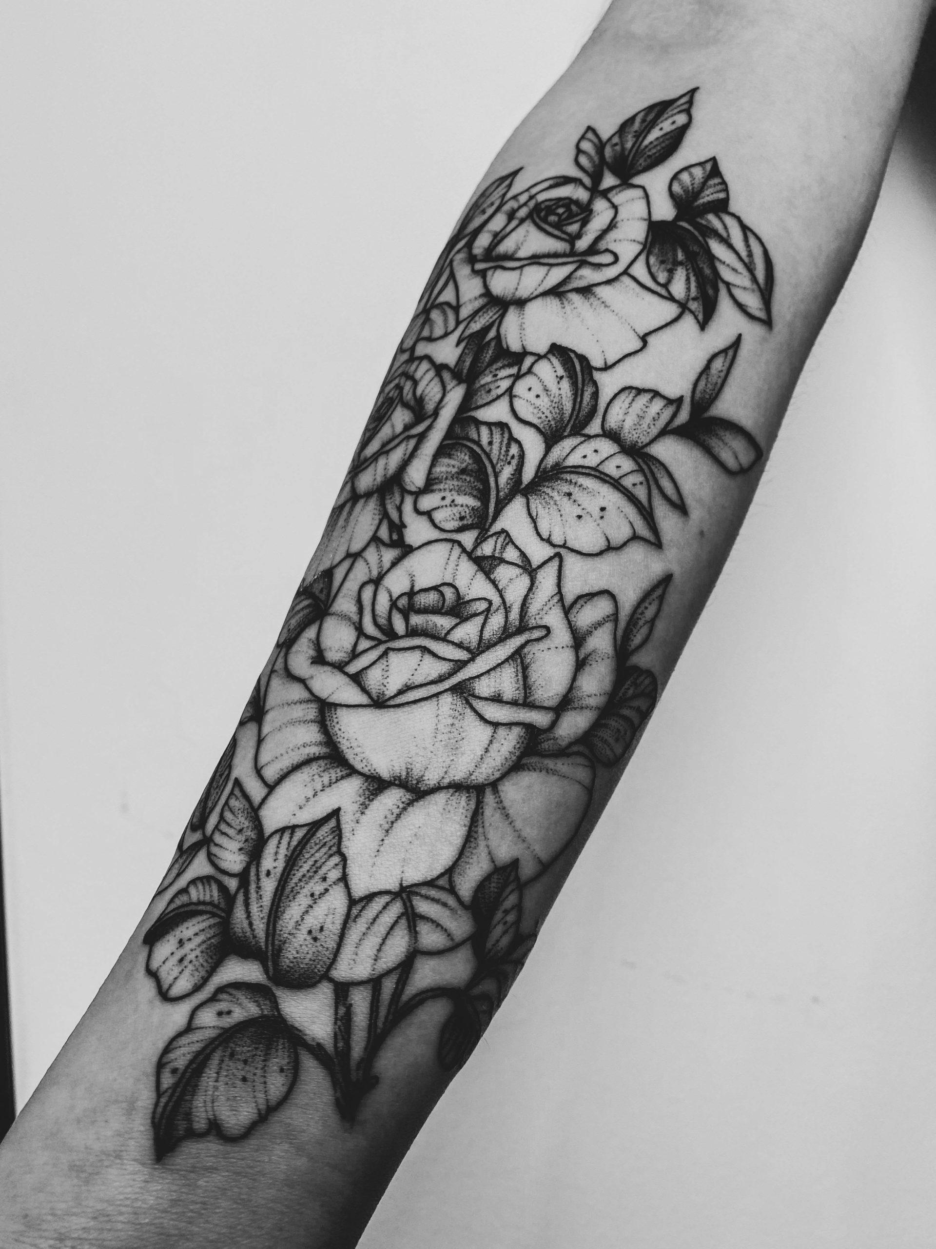 tatouage fleurs avant bras sombre épine