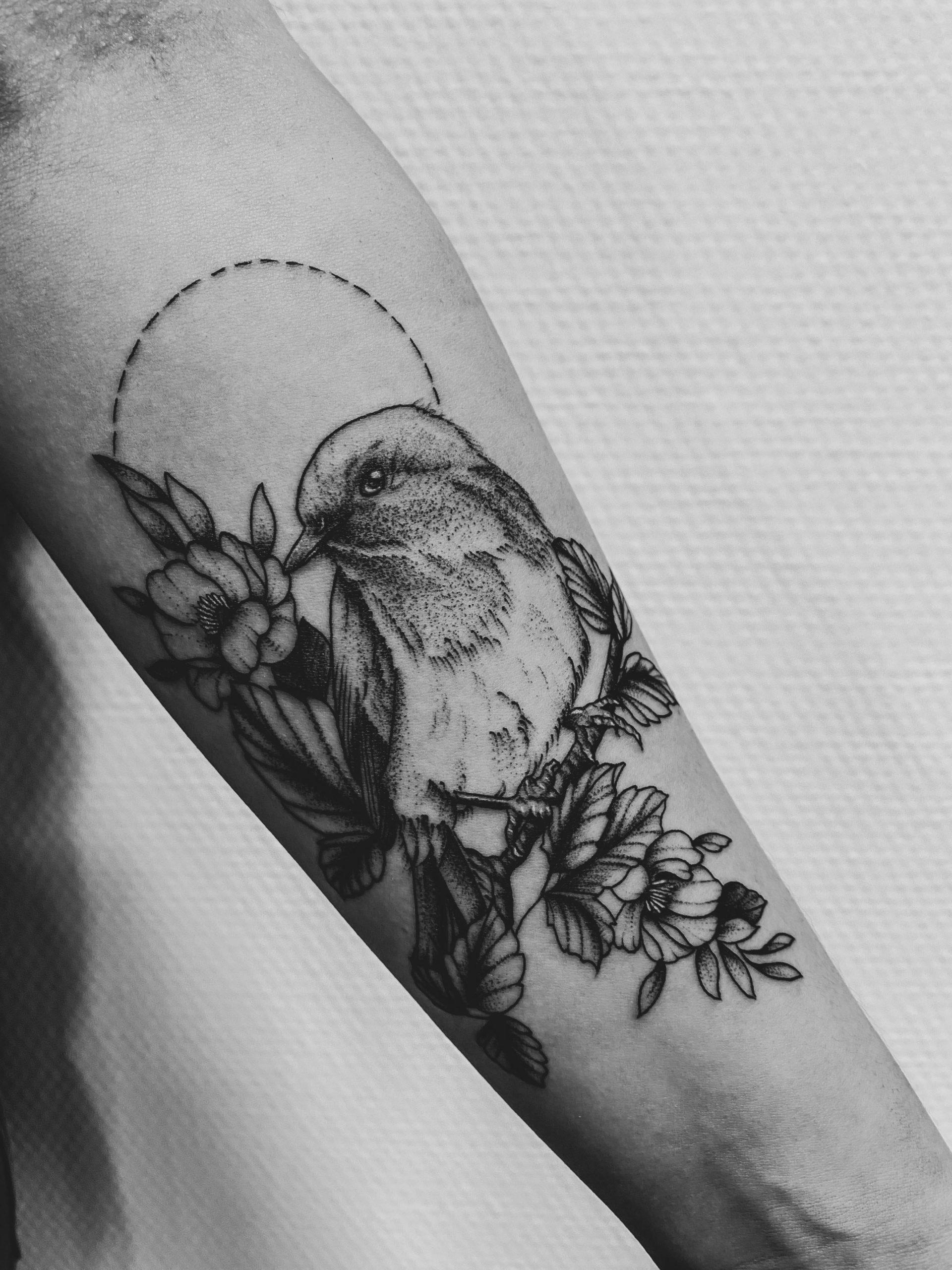 tatouage oiseau fleurs avant bras sombre épine