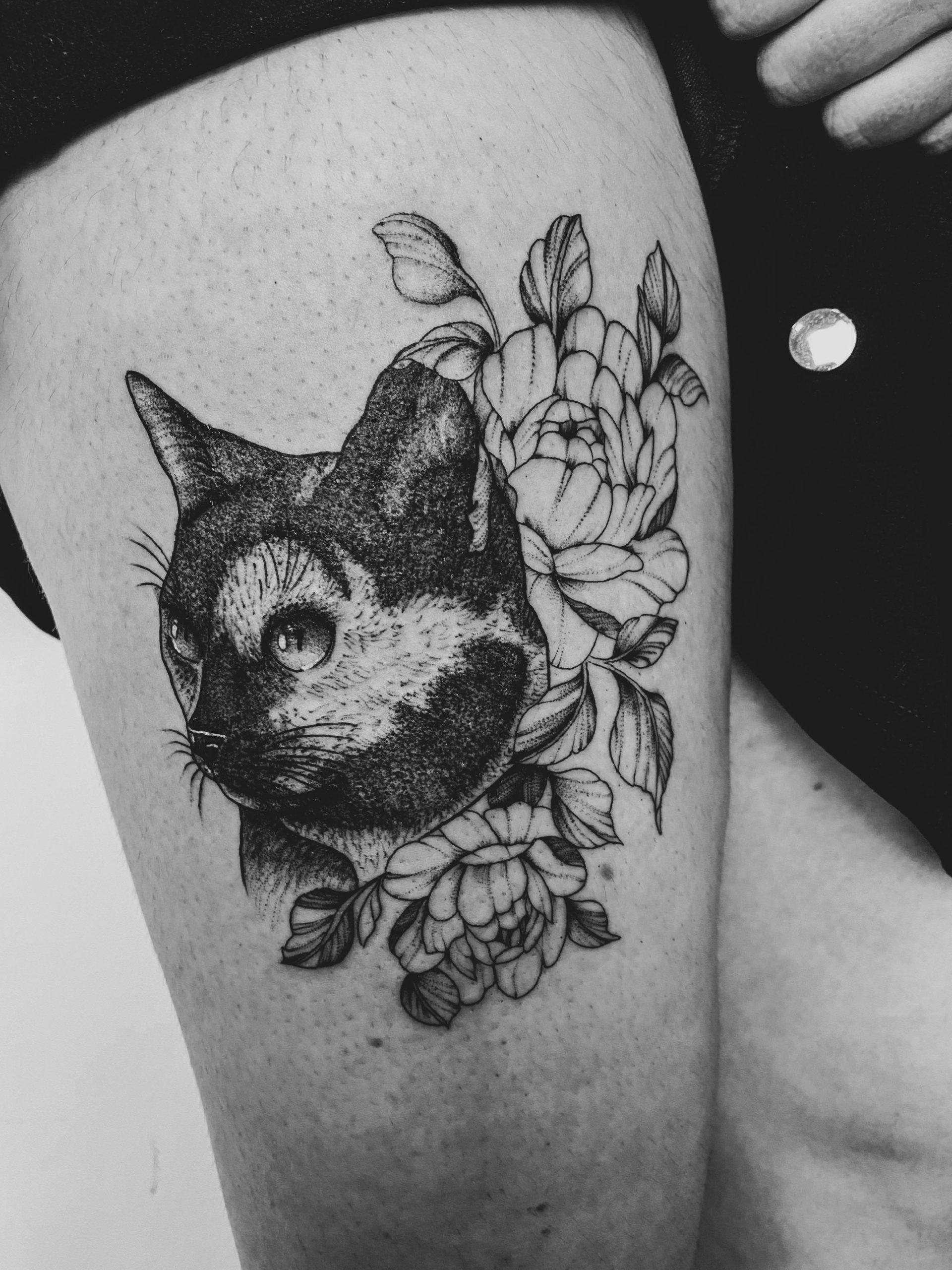 tatouage chat fleurs bras sombre épine
